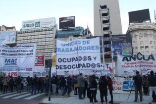 Sectores de izquierda protestan en el Obelisco y marchan a Trabajo